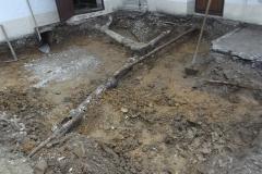 Kanalsanierung - Freigelegte, alte Kanalrohre aus Steinzeug- und Gussrohren mit defekten Abzweigungen und kaputten Rohren.
