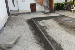 Kanalsanierung - Nach der Sanierung neu gebaute Einfassung als Vorbereitung für die Pflasterarbeiten.