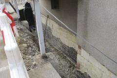 Keller- / Mauertrockenlegung - Eine freigelegte Kellerwand, von der alle losen Putzteile abgeschlagen wurden. Nach Reinigung und dem Auftragen einer Grundierung ist wurde der Außenputz ausgebessert.