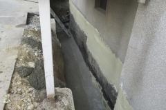 Keller- / Mauertrockenlegung - Wasserführende Betonsohlezur Ableitung von Sickerwasser. Nach der Trocknungsphase wurden Bitumenabdichtung und Noppenbahn sowie Sickerleitung mit Kiespaket eingebaut.