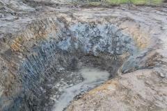Quellfassung - Hier wurde der Oberboden abgetragen und eine Baugrube bis zur wasserführenden Schicht erstellt, die in diesem Fall in einer Tiefe von ca. 3,8m auftrat.