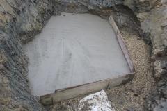 Quellfassung - Die gefasste Quelle wird mit einer Betondecke überzogen, um das Eindringen von Oberflächenwasser zu verhindern.