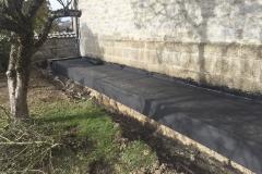 Abdichtung Lüftungskanal - Der bestehende Lüftungskanal außerhalb einer Kirche wurde freigelegt und nach Reinigung mit Bitumenbahnen abgedichtet.
