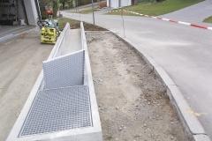 Flutmulde - Diese Flutmulde wurde nach mehreren Überschwemmungen im Zufahrtsbereich eines Wohnhauses errichtet, um die Wassermassen talwärts abzuleiten.