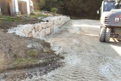 Reitplatzsanierung - Mit einer Stützmauer wurde der obere Hangbereich stabilisiert und entwässert, ...